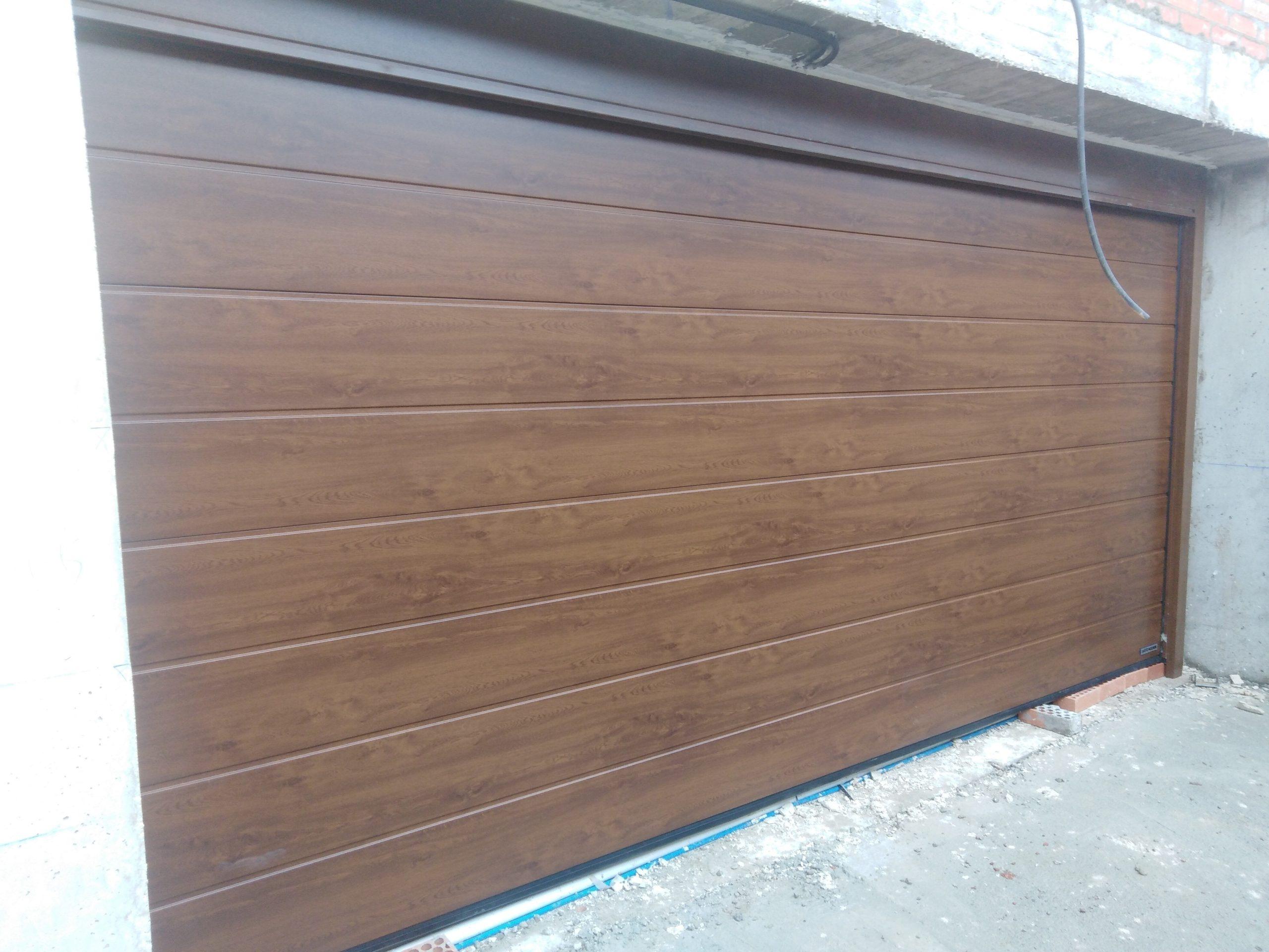 Cancela de aluminio con puerta seccional